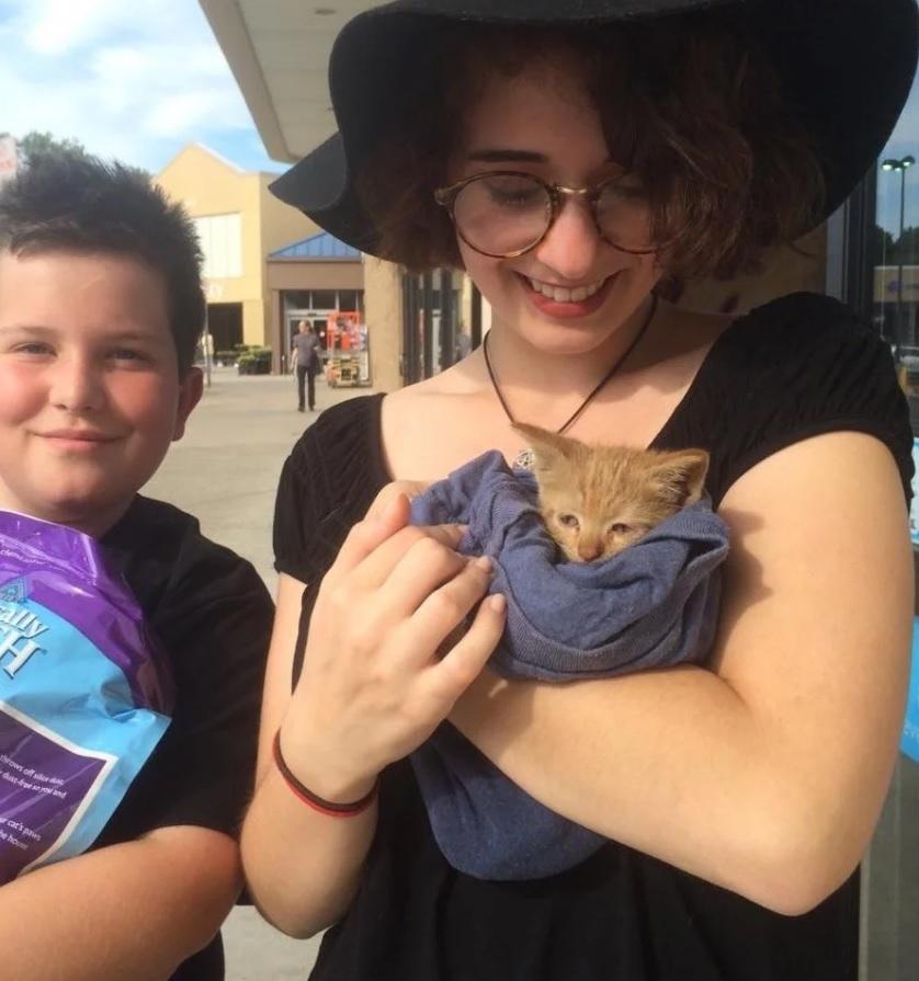 Девушка спасла шестинедельного котенка - упавшего в ливневый сток