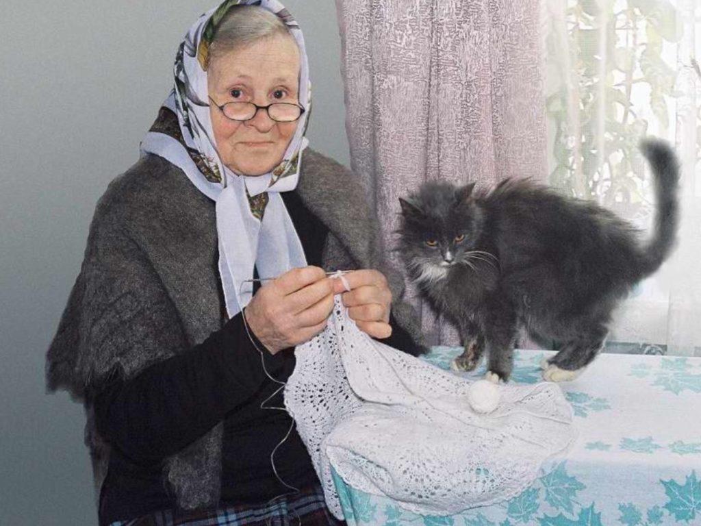 Если бы не пожилая женщина - кошка с котятами замерзли бы в снегу