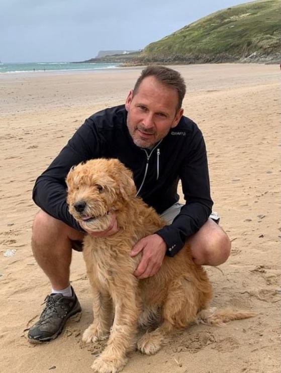 Мужчина берет свою пожилую больную собаку на тачке на любимое место, где они когда-то проводили время вместе
